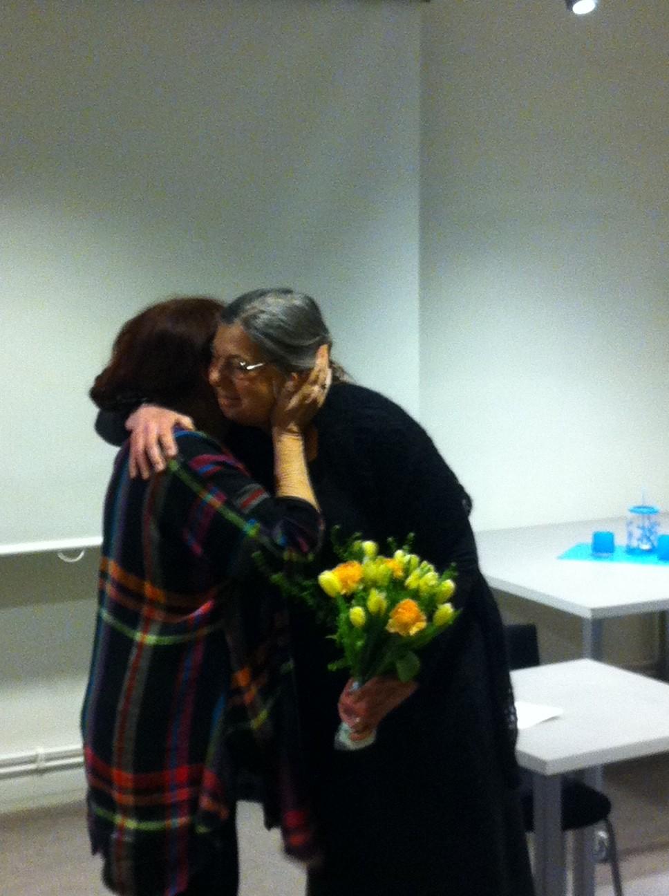 2013 års Gulliverpristagare gratuleras av IBBY Sveriges ordförande Ulla Forsén.